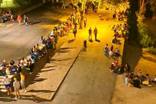 Lors d'une patrouille le mercredi 20 mai, la police nationale a pu filmer un rassemblement de près de 700 personnes sur les bords de Loire au pied du Pont Wilson