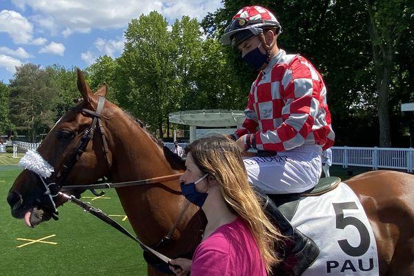 Gaëtan Richard masqué, et son cheval découvre les 30 hectares de l'hippodrome palois du Pont-Long pour une réunion printanière initialement prévue à Auteuil. 10 courses au total.