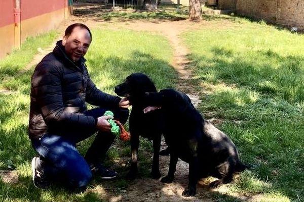 Vincent Leroux avec les deux labradors de Mr Paul.