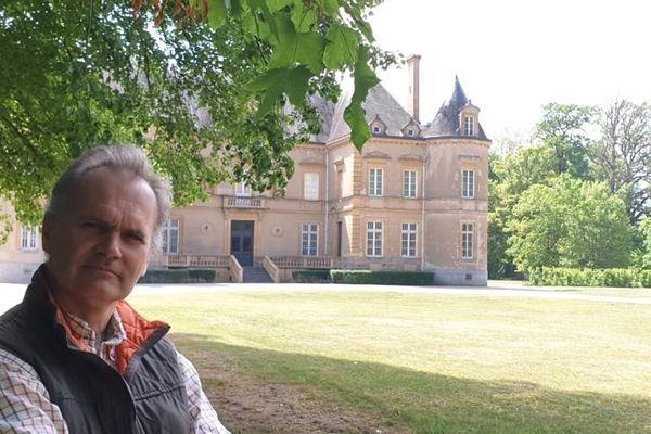 Evrard de Monspey et en arrière-plan le château de Beaulon dans l'Allier