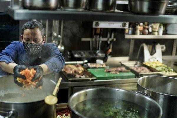 La cheffe étoilée nordiste Isabelle Arpin en cuisine