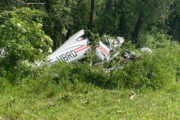 L'avion s'est écrasé dans un champ à proximité de l'aérodrome de Lyon-Brindas jeudi 20 mai dans l'après-midi, pour une raison encore inconnue. La gendarmerie des transports aériens est chargée de l'enquête.