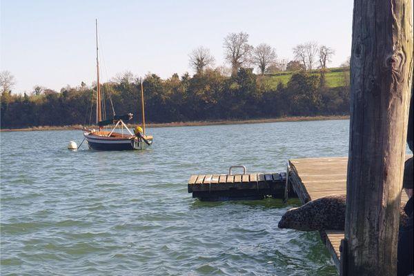 Joséphine tâtonne sur le ponton avant de se jeter à l'eau