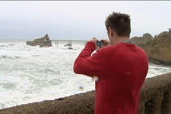 La mer déchaînée a attiré les badauds à Biarritz