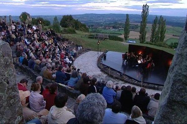 """Le théâtre David, sur les pentes du Mont Rome, est un théatre construit """"à l'antique"""" en Saône-et-Loire (juillet 2011)."""