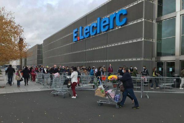 La ruée vers les supermarchés de Clermont-Ferrand crée des files d'attentes à rallonge, comme à la Pardieu jeudi 29 octobre.