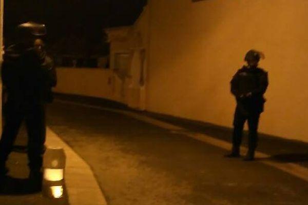 Les gendarmes devant le domicile du forcené