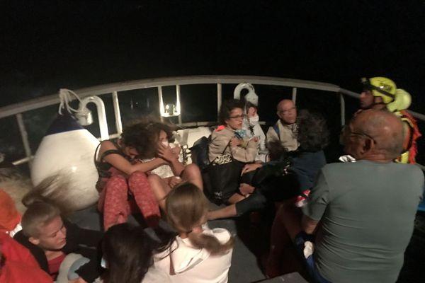 Les vacanciers ont été évacués par la mer car toutes les routes étaient menacées par les flammes.