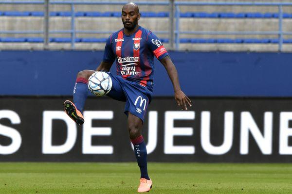 Le défenseur et capitaine du SM Caen Jonathan Rivierez va passer une troisième saison en rouge et bleu.