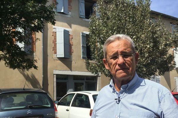 Jacques Tabarly devant l'un des hébergements de la commune où logent des Yézidis