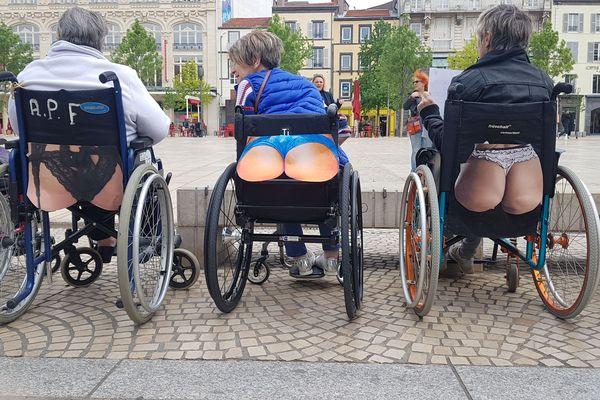 Une dizaine de personnes en situation de handicap s'est positionnée près du tramway place de Jaude, à Clermont-Ferrand, mardi 30 avril.