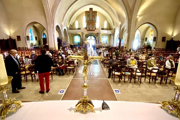 Un siège sur deux, un rang sur deux, distances physiques respectées pour cette messe du dimanche 24 mai 2020 en l'église Du Sacré Coeur à Limoges