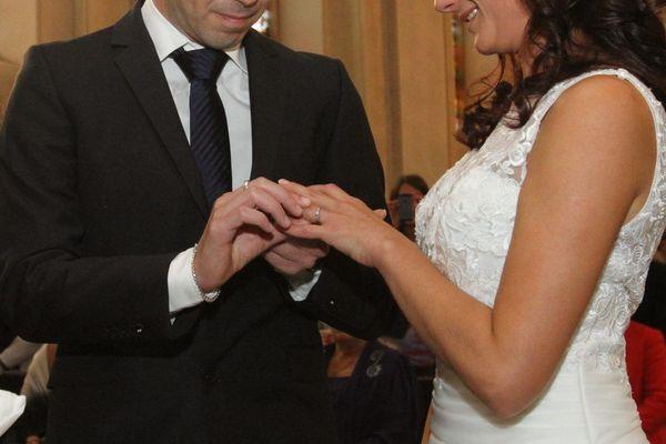 Les mariés échangent leur alliance lors d'un mariage dans une église.