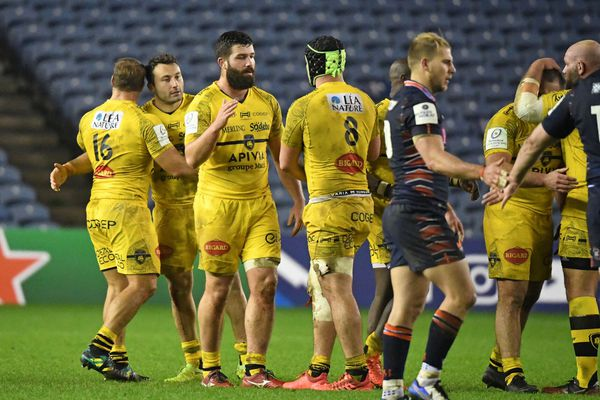Les Rochelais après leur victoire sur la pelouse de Murrayfield à Edimbourg (Royaume-Uni) en ouverture de la coupe d'Europe de rugby ce 12 décembre 2020.