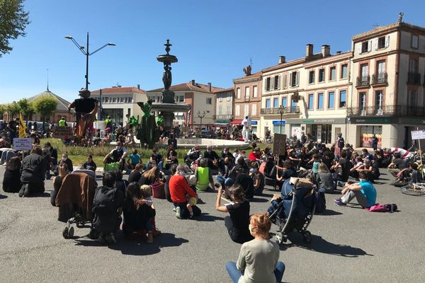 Manifestation à Lavaur dans le Tarn contre les pratiques interdites d'un groupe d'arboriculteurs
