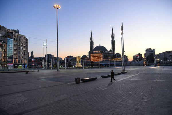 La place Taksim, d'habitude très vivante, désertée un soir de confinement.
