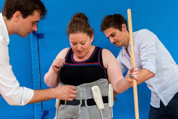 Une femme essaye un exosquelette expérimental dans un hôpital de Lille, le 22 juin 2017
