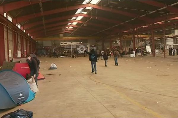 Dimanche 15 octobre, 11 heures. Les teuffeurs se font  rares. La veille, ils étaient 500 à faire la fête dans l'usine désaffectée de Cargo Van .