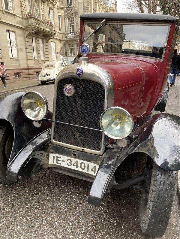 Des voitures d'époque stationnées dans les rues autour du Palais du Rhin.