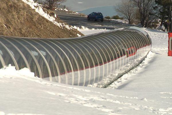 Dans ce tube, un tapis mécanique permet de remonter la piste de ski pour débutants.