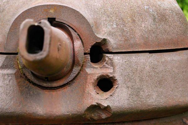 Les trois impacts d'obus qui ont percé la tourelle blindée du soldat Beaulieux.