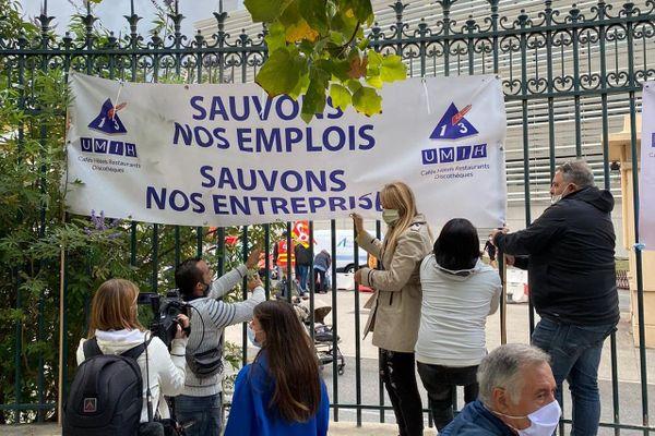 Un comité d'accueil pour Olivier Véran devant la Timone à Marseille