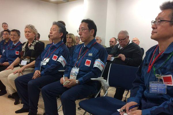 Des membres des CLI du Nord-Cotentin avec des employés de Tepco, l'exploitant de la centrale de Fukushima Daichi