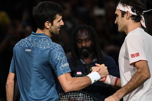 Novak Djokovic et Roger Federer après la demi-finale des Masters 1000 de Paris.