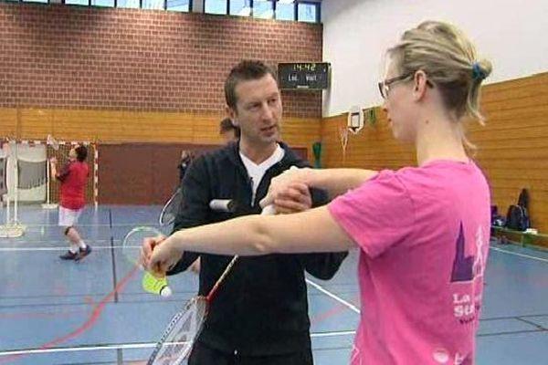 Badminton, marche nordique ou encore volleyball : les ateliers sportifs permettent de rester en forme même pendant les vacances.
