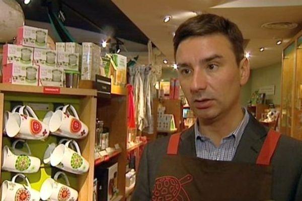 """Laurent Grandguillaume a fait un stage chez """"Nature et Découvertes"""", il a passé notamment une journée dans le magasin de Dijon"""