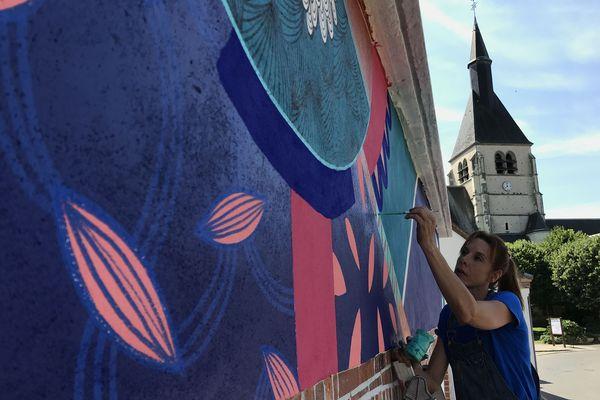 L'artiste Noon applique son style de graphisme sur une façade de Pierrefitte sur Sauldre