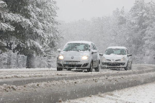 La neige devrait commencer à tomber en fin de soirée, ce samedi 6 février. Des risques de verglas sont à prévoir dimanche avec les températures négatives.