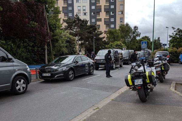 La police en intervention autour d'un immeuble où un homme s'est retranché dans le quartier de la Grâce-de-Dieu à Caen, le 7 juin 2019.