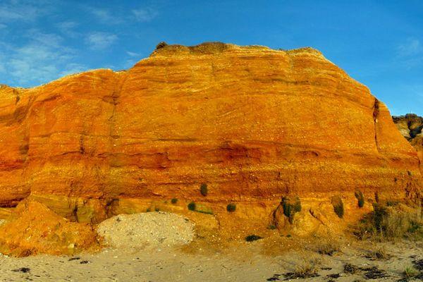 Avec ses couleurs ocres et jaunes, la falaise de la Mine d'Or offre à la commune de Pénestin un paysage atypique et unique en Europe.