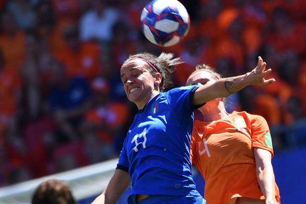 Barbara Bonansea (Italie) à la lutte avec Merel van Dongen (Pays-Bas), le 29 juin au stade du Hainaut de Valenciennes.