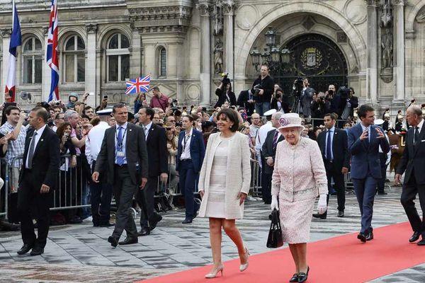 Le prince Philippe (à droite) et la reine Elizabeth II le samedi 7 juin 2014, accompagnés par la maire de Paris Anne Hidalgo. AFP/ERIC FEFERBERG