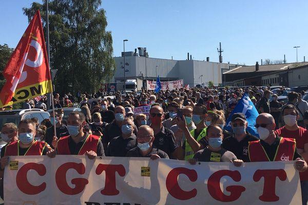 Des milliers de manifestants ont marché depuis l'usine MCA jusqu'à la mairie de Maubeuge.