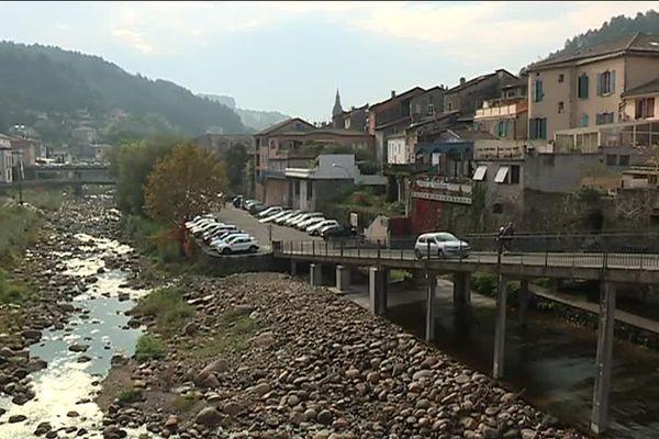 La ville de Vals-les-Bains et sa rivière la Volane