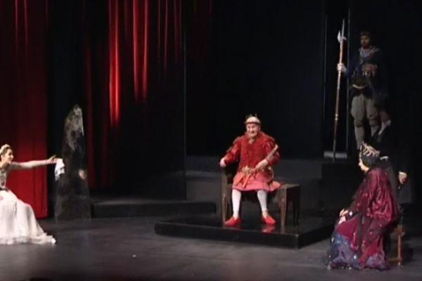 Michel Bouquet, incarne Bérenger Ier, le Roi a qui annonce sa mort pendant toute la pièce