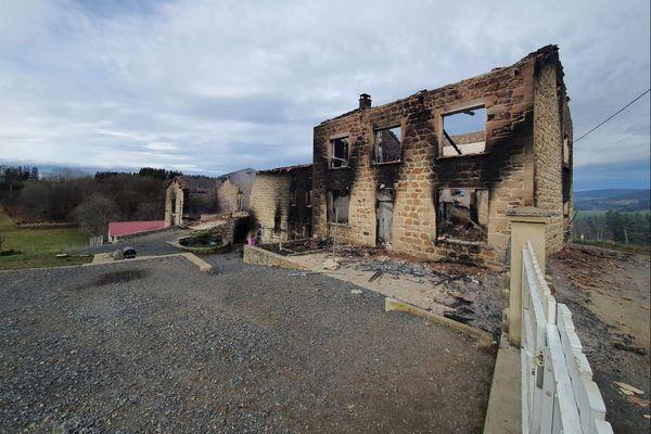 Dans la nuit du mardi 22 au mercredi 23 décembre, 3 gendarmes ont été tués et un quatrième blessé par un forcené dans cette maison en feu, proche de Saint-Just au hameau du Cros.