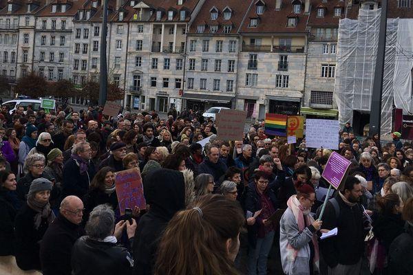 Des centaines de personnes ont défilé à Besançon à la veille de la journée internationale pour l 'élimination de la violence à l'égard des femmes.