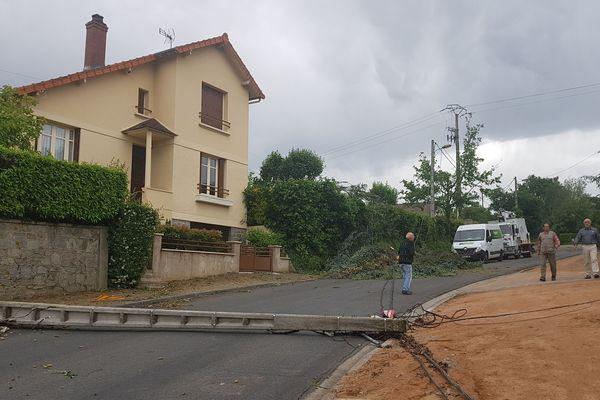 Les opérations se poursuivent dans l'agglomération de Montluçon au lendemain du violent orage qui a couché arbres et réseaux aériens