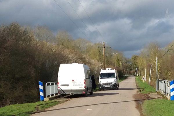 Des techniciens en identification criminelle sur la D30, aux Autels-Villevillon, où un corps a été retrouvé, mercredi 26 février.