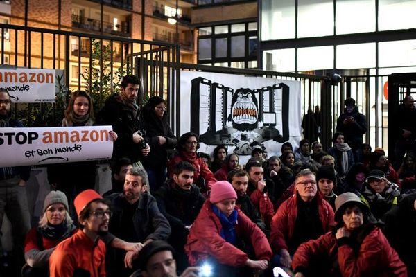 Plusieurs dizaines de militants écologistes ont organisé un sit in devant le siège d'Amazon en France à Clichy, dans les Hauts-de-Seine.