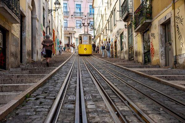 Flâner dans les ruelles de Lisbonne, une activité à laquelle de nombreux immigrés de la diaspora portugaise ont renoncé cet été en raison de la pandémie de coronavirus COVID 19.