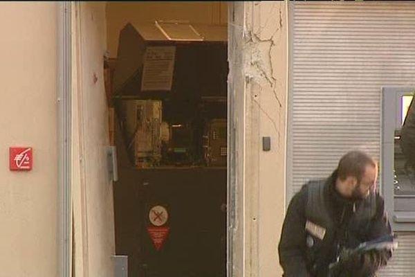 C'est derrière cette porte que le convoyeur de fonds a été grièvement blessé par l'explosion