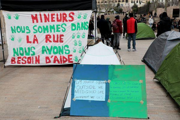 Mardi 2 mars, des mineurs isolés étrangers, accompagnés par le Collectif 59 Saint-Just se sont rassemblés devant la mairie de Marseille