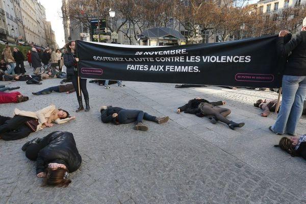 Des militantes de Ni Putes Ni Soumises font une action contre les violences faites aux femmes, le 25 novembre 2012 en face du Centre Pompidou à Paris.
