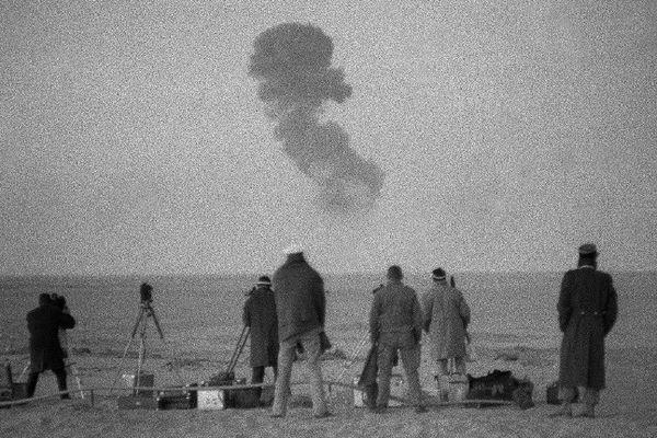Photo prise le 25 décembre 1961 près de Reggane dans le sud algérien, d'essais nucléaires français. C'est à Reggane que fut expérimentée la première bombe atomique française.