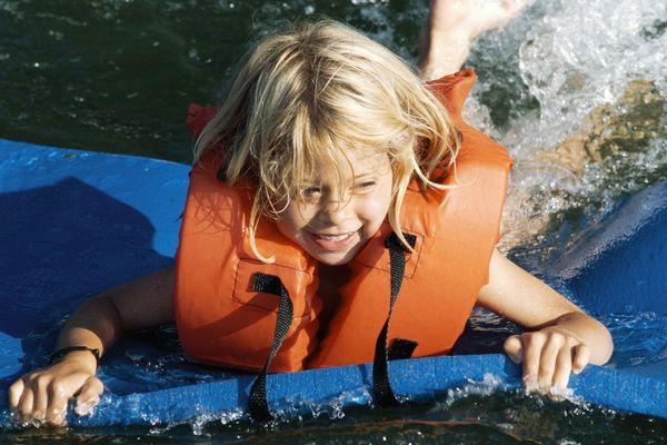 Les gilets de sauvetage sont obligatoires pour les enfants à bord de n'importe quelle embarcation